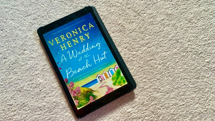 LIZZIE READS … A WEDDING AT THE BEACH HUT